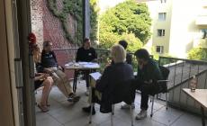 Diskussionsrunde-auf-dem-Balkon