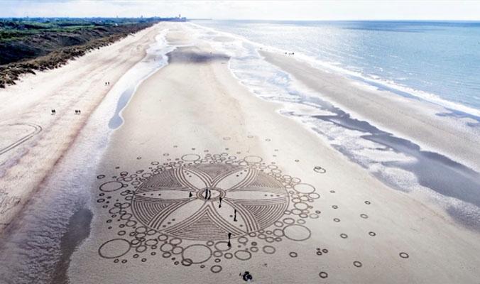 Bild von einem Strand mit einem Muster im Sand.